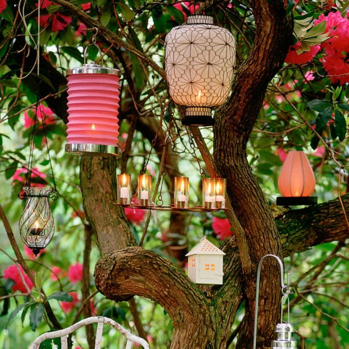 Gartenparty Deko ideen mit leuchten, lamen, kerzen und andere beleuchtungsdekorationen, bäume dekorieren