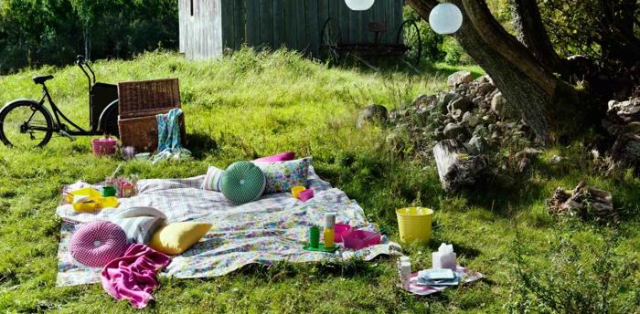 deko geburtstag eine niedliche idee für den garten oder den park, picknick idee mit kleinen runden kissen, fahrrad, kühltasche