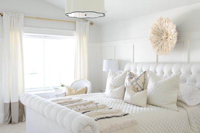 deko ideen schlafzimmer, weißes zimmergestaltung, wanddeko, vorhänge design dezente deko ideen