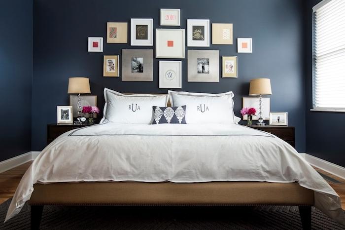 schlafzimmer deko ideen dunkelgraue wand, kontrast mit dem bett, weiße bettwäsche, viele bilder an der wand