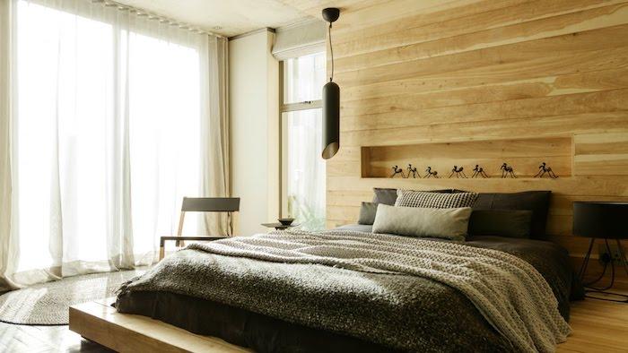 schlafzimmer gemütlich gestalten, beige, grau, zimmergestaltung, weiße vorhänge, schwarze lampe