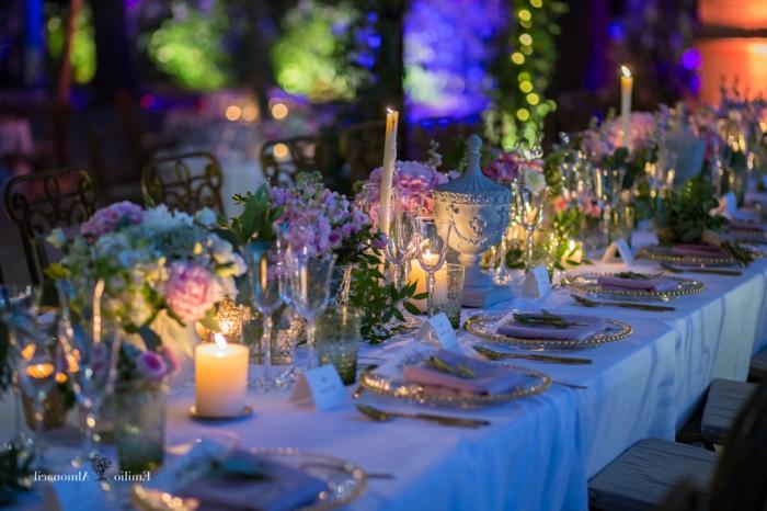 geburtstagstischdeko elegante gestaltungsidee, romantisch, fein, frische lila blumen, dezente beleuchtung, kerzen