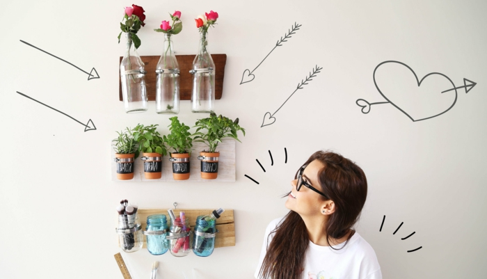 geburtstagsdeko kinder freuen sich auf bunte motive, eltern und erwachsene auch, glasflaschen als vase verwenden, rosen in vasen, blumentöpfe, kräuter