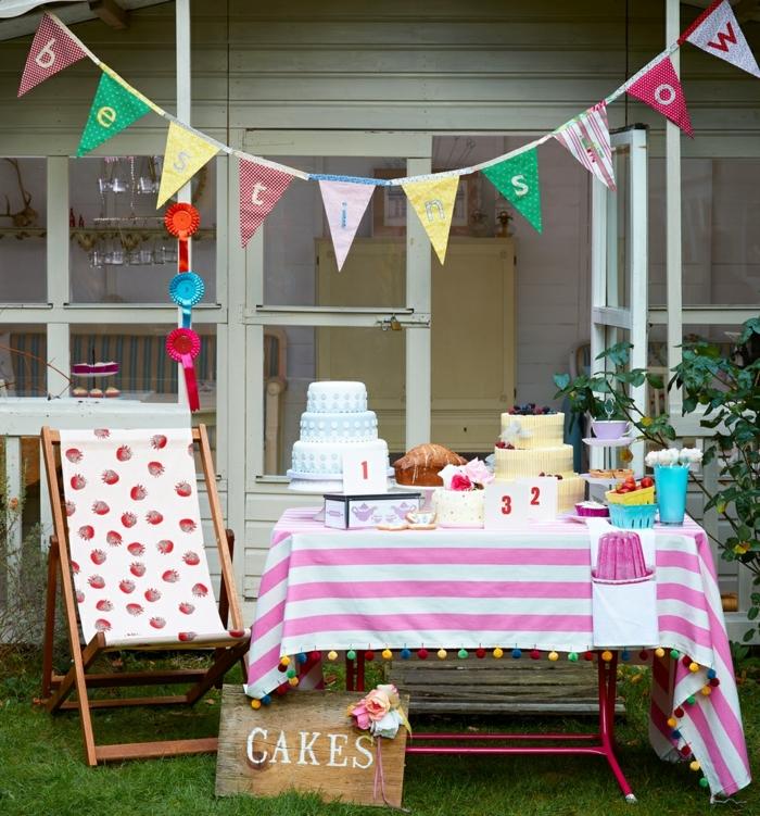 Gartenparty Deko idee zum geburtstag, bunte flaggen, tischdecke, stuhl, liegestuhl, torte,