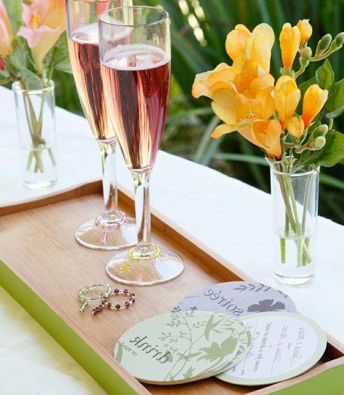 party deko idee elegant und einfach, frische saisonsblumen, gelbe blumen, champagner in zwei gläsern