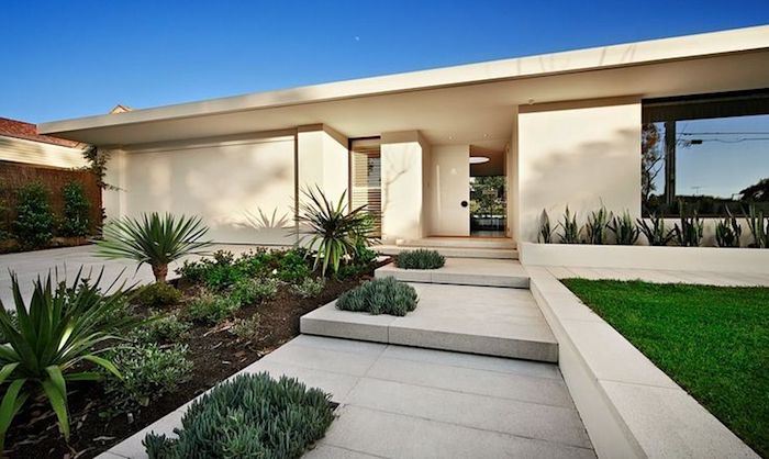 deko ideen garten, weißes haus, natursteinfliesen, villa, kleine palmen, raigras