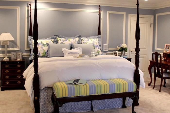 schlafzimmer gemütlich gestalten, lila, gelb, grün, weiß, schwarze möbel, blaue wände