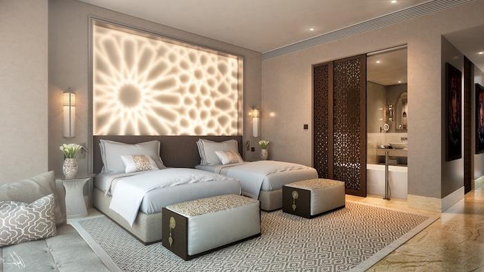 schlafzimmer deko im hotel oder zu hause, wanddeko mit licht lichtkette, kissen, bad, badezimmer design holz teppich