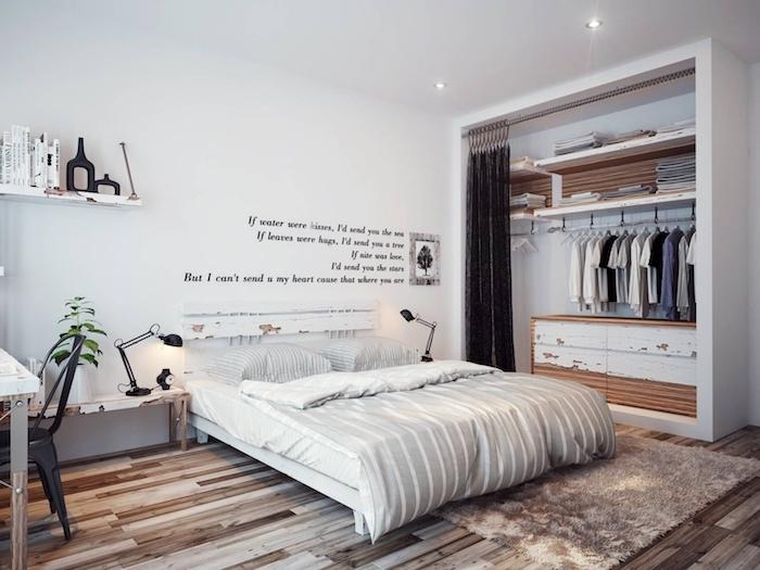 schlafzimmer ideen zum erstaunen, schlichtes design, weiß, beige, tshirts im schrank, aufschrifte an der wand
