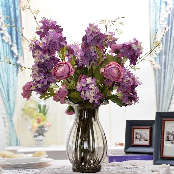 schlafzimmer ideen zum inspirieren, lila blumen, rosen, in vase, bilderrahmen, vorhänge, ideen