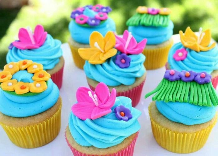 was könnte schönere geburtstagstischdeko sein als das essen, präzis gestaltet, bunte muffins, mit fondantfiguren geschmückt