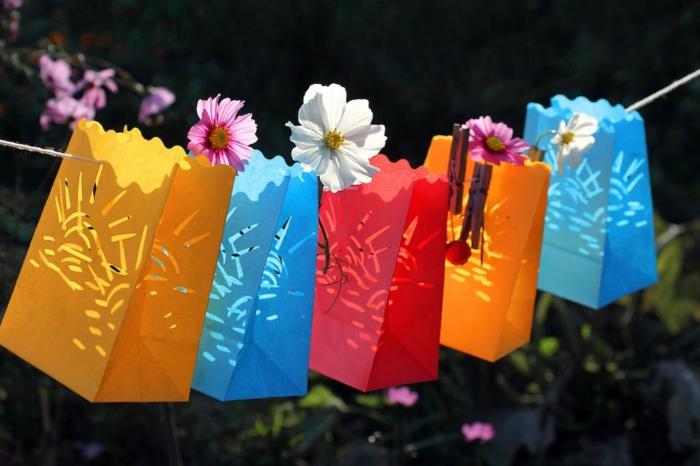 deko zum 18 geburtstag, bunte kleine tüten wo man geschenke stecken soll, gartenspiele für kinder und jugendlichen