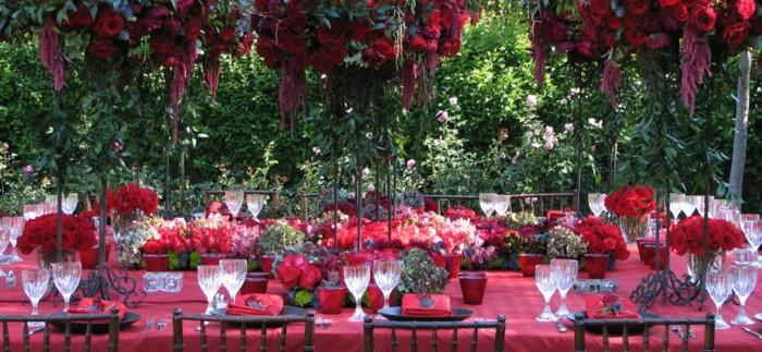geburtstagstischdeko idee in rot, motivparty mit bestimmter farbe, rote dekorationen blumen und geschirr