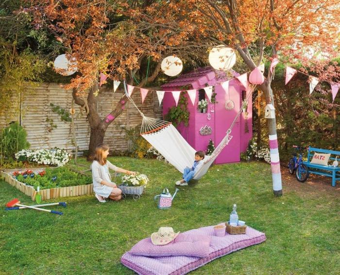 geburtstagsdeko kinder, ein kind sitzt in der hängematte, gartenspiele für die kleinen, rosa kleines haus, bodenkissen für kinder