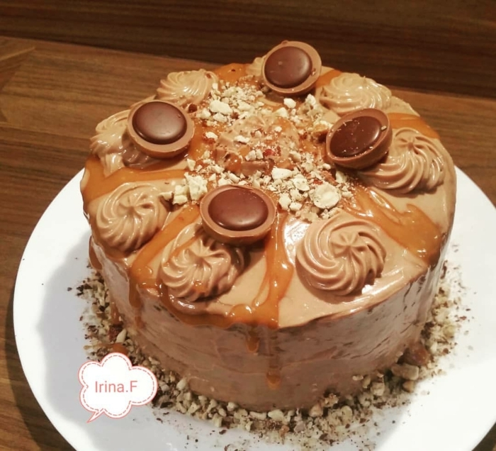eine Schokolade Glasur, Caramel Dekoration, vier Toffifee Pralinen, Toffifee Torte