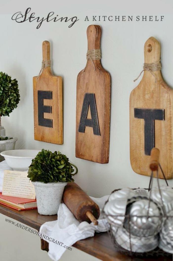 drei Bretter mit schwarzen Buchstaben, ein Küchenregal verschönern, Wandgestaltung Küche