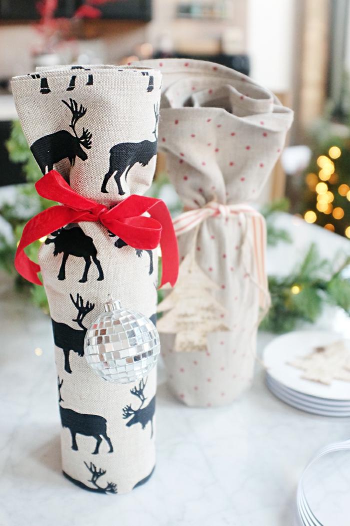 zwei graue Flaschen, rote und bunte Schleifen, Flasche als Geschenke verpacken