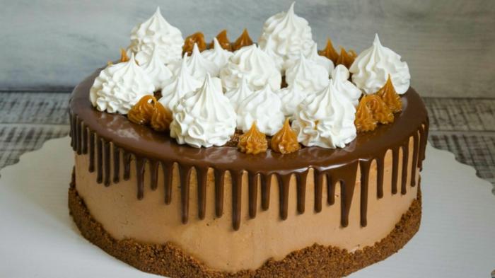 eine Toffifee Torte mit viel Schokolade und kleine Sahne Dekorationen, Schokolde Glasur