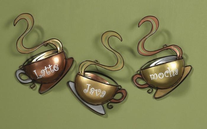 drei Tassen aus Metal als Dekoration, verschiedene Kaffeearten und Dampf, Küchenwände gestalten
