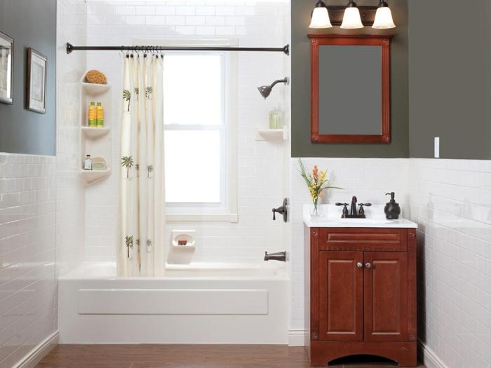 kleines weißes Badezimmer mit Badewanne, Regale in der Ecke, kleines Zimmer einrichten