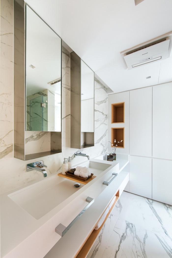 großes badezimmer mit einem großen weißen waschbecken und mit weißen fliesen und zwei großen spiegeln und weißen wänden, kleine rüume einrichten