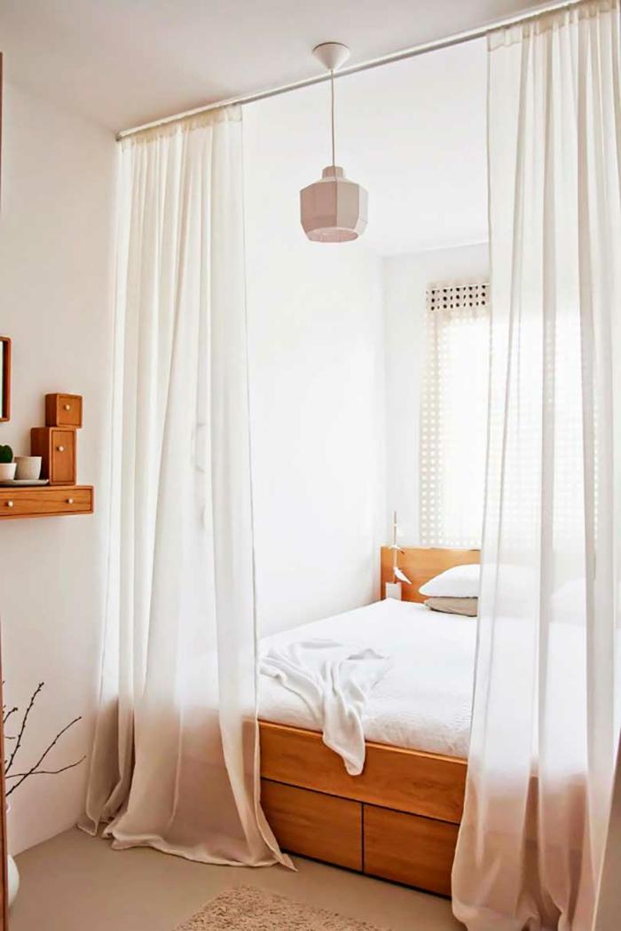 Einzimmerwohnung gestalten, kleines Schlafzimmer einrichten, Bett hinter Vorhängen