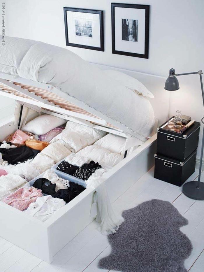 ein weißes Bett, darunter kann man viel verstauen, kleines Schlafzimmer einrichten