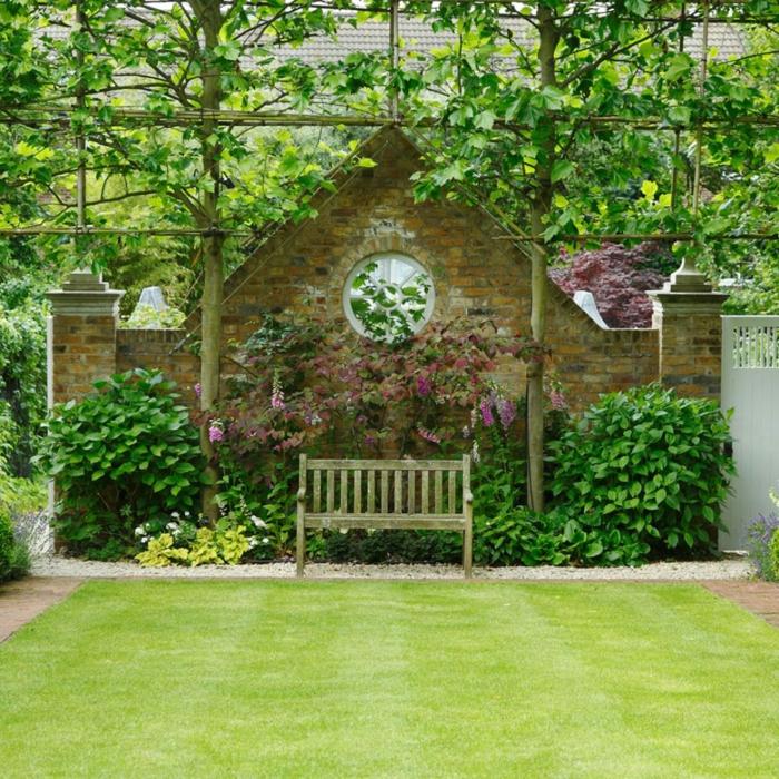 eine symmetrische Gestaltung, alte Mauer, eine Bank in der Mitte, Garten gestalten mit wenig Geld