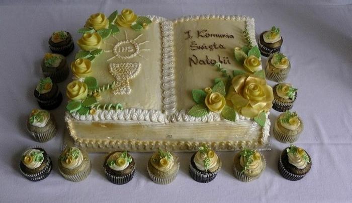 die Bibel Torte, mit Glasur von gelben Blumen als Dekoration, kleine Cupcakes, Tischdeko Kommunion