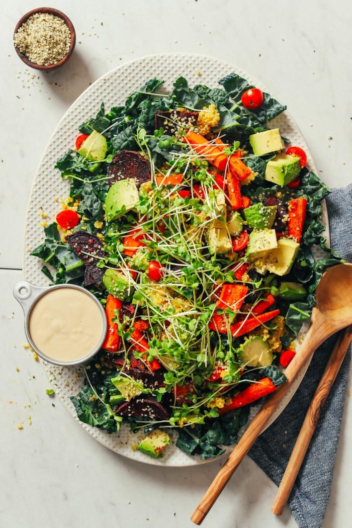 ein Salat mit viel buntes Gemüse, schnelle Salate mit grünen Blättern, Avocado und Karotten