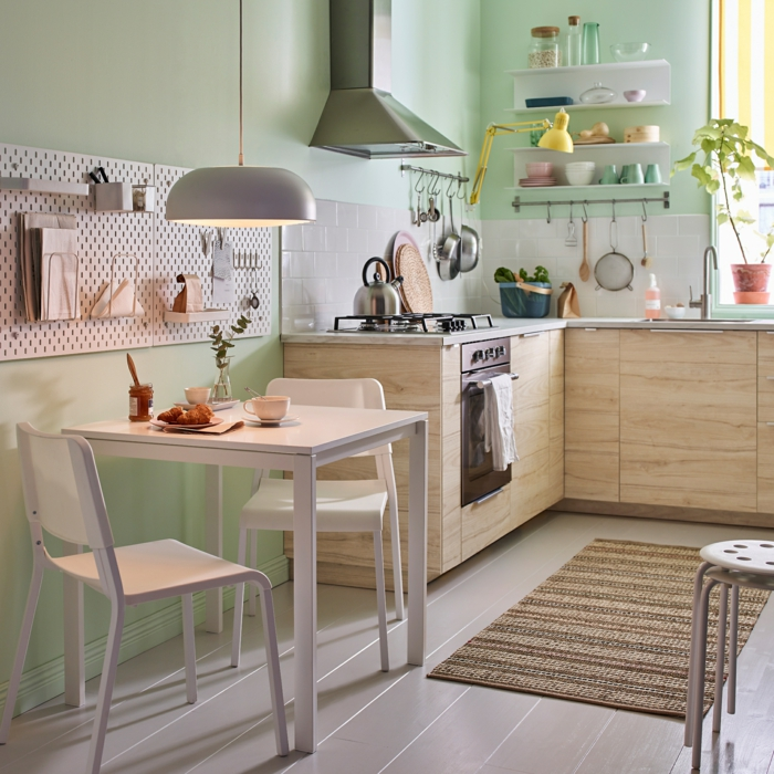 ein kleines Esszimmer mit zwei Stühle und weißer Esstisch, kleine Wohnung einrichten