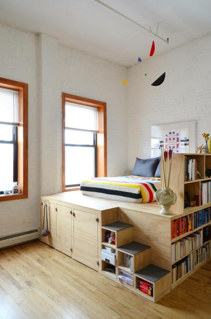eine bunte Einrichtung, ein Hochbett mit Treppen, eine Dekoration aus der Decke, kleine Räume optisch vergrößern