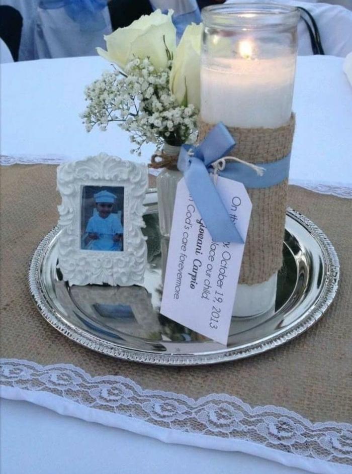 das Foto von dem Kind, Tischdeko Kommunion selbst gemacht, eine weiße Kerze