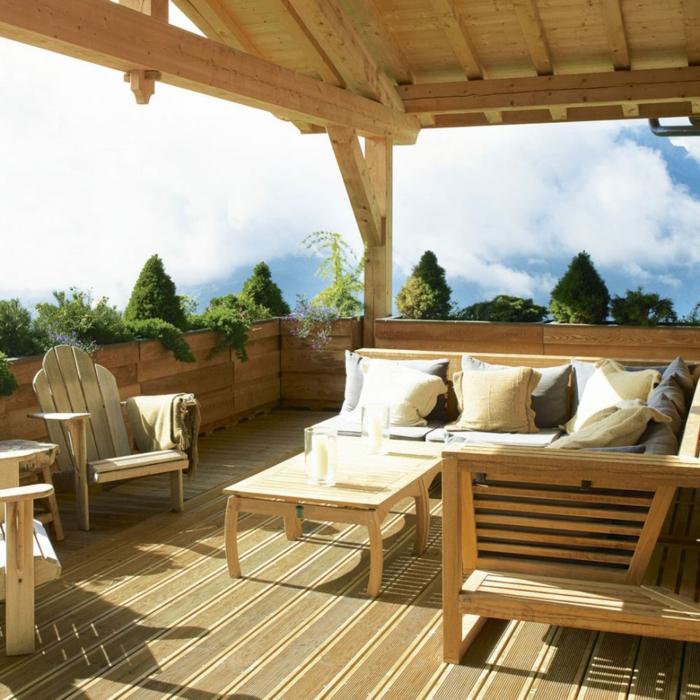 Ein Garten Auf Der Terrasse, Pflanzkübel Aus Holz Mit Ziersträuche,  Gartenideen Für Wenig Geld