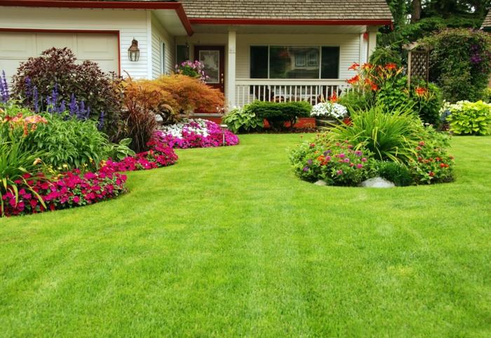 günstige Gartengestaltung Ideen, ein gepflegter Rasen, bunte Blumen in Beeten