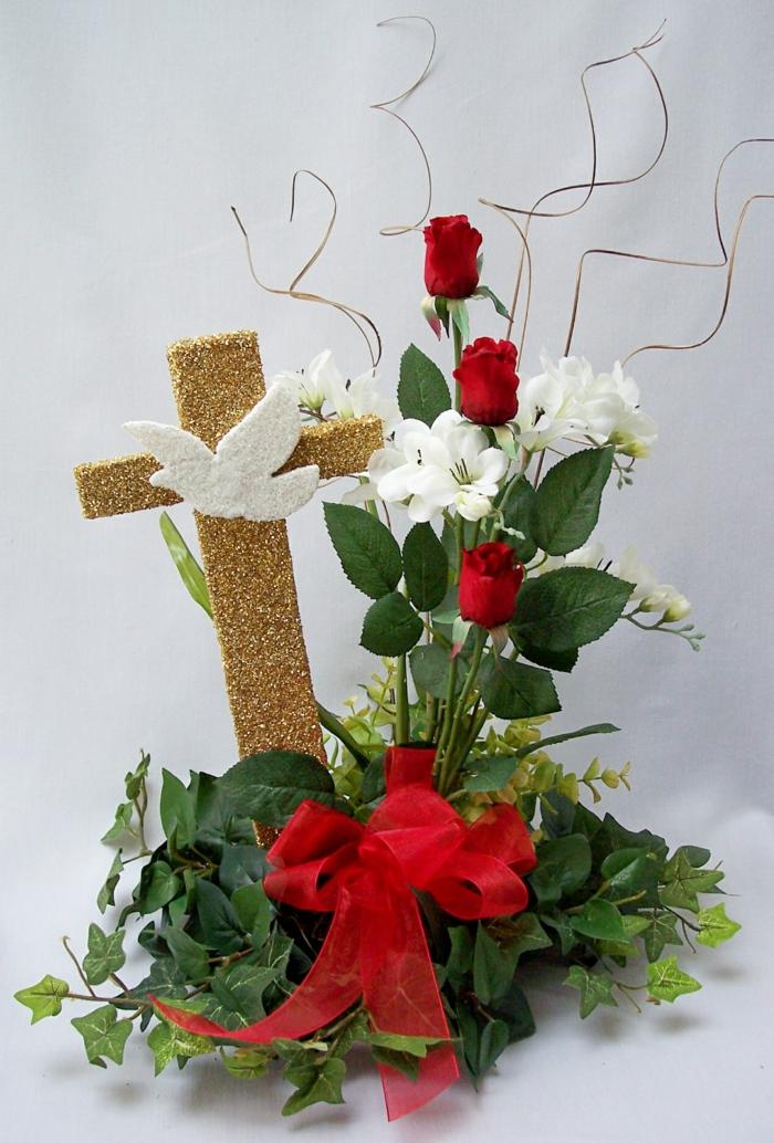 Tischdeko Kommunion mit einem goldenem Kreuz, rote Rose, weiße Blume, ein Kranz