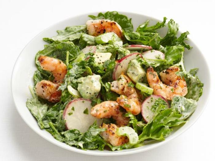 Krevetten, grüner Salat und Radieschen, ausgefallene Salate für Grillparty