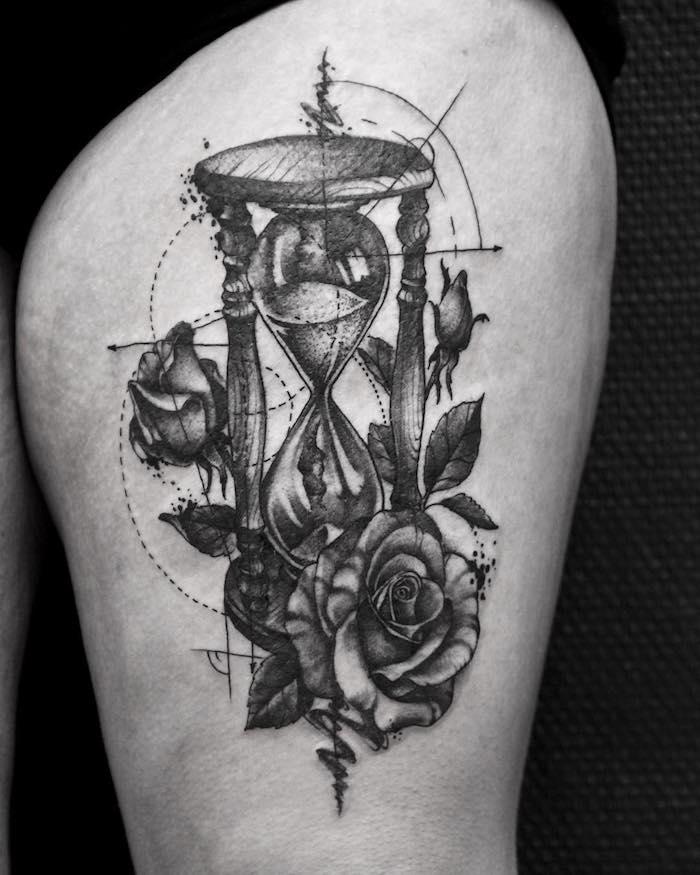 ein bein mit einer großen schwarzen tätowierung mit einer schwarzen großen sanduhr mit schwarzen rosen, einem schwarzen sand und mit drei schwarzen rosen mit grauen und schwarzen blättern, ein tattoo sanduhr