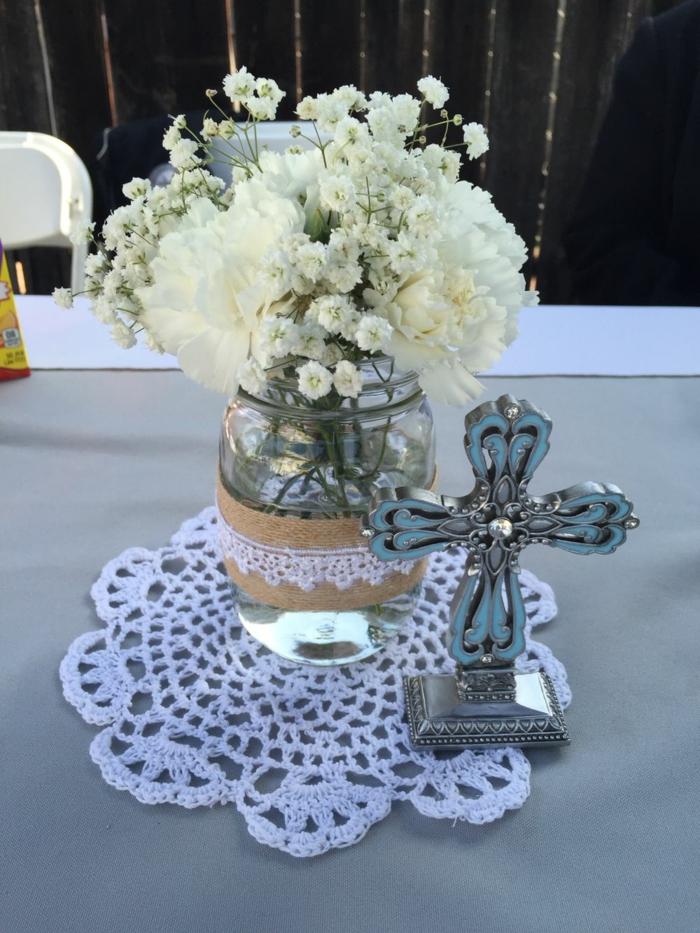 ein Weckglas mit Sackleinen und Spitze umgeben, ein silbernes Kreuz, Tischdeko Kommunion selber machen