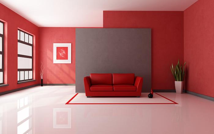 ein sofa mit roten kissen, eine wohnung einrichten, ein wohnzimmer mit großen roten wänden und weißen fenstern und einer großen weißen vase mit grünen pflanten und mit einem roten bild