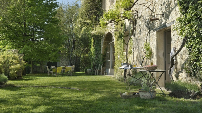 ein Rasen, Gartenmöbel vorn, ein schönes Haus mit Efeu an der Wände, günstige Gartengestaltung Ideen