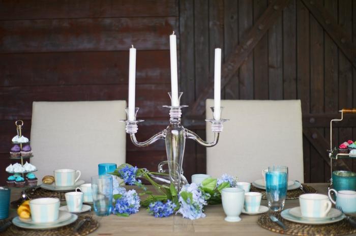 ein Tisch ohne Decke, Kerzenständer mit drei Kerzen, elegantes Geschirr, Tischdeko Kommunion selbst gemacht