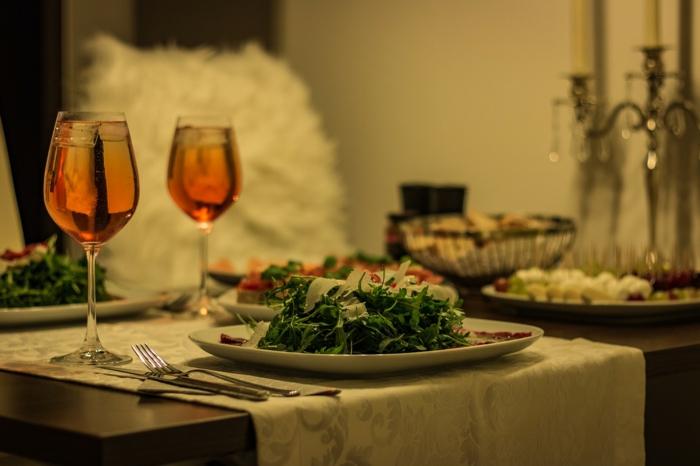 Tischdeko Kommunion selbst gemacht, leckere Speisen, weiße Tischläufer