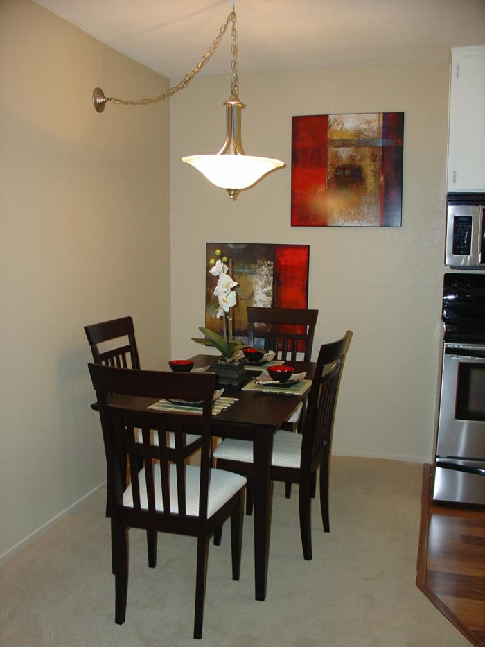 ein elegantes, kleines Esszimmer, kleine Wohnung einrichten, Tisch und vier Stühle aus Holz