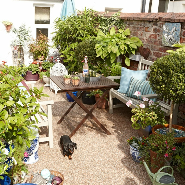 kleiner Garten mit Sichtschutz, günstige Gartengestaltung Ideen, bequeme Gartebmöbel