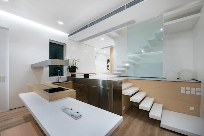 ein badezimmer mit einem braunen boden aus holz und kit weißen treppen und mit einem waschbecken und einem weißen tisch, zimmer einrichten