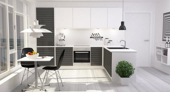 ein weißer tisch und zwei schwarze stühle, ein boden aus holz und eine kleine schwarze lampe, eine küche und ein waschbecken und eine große weiße lampe