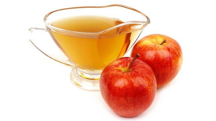 zwei große rote äpfel und ein kleines glas mit einem gelben apfelessig, fruchtfliegenfalle essig, fruchtfliegenfalle selbst bauen