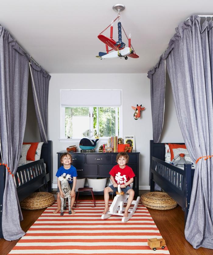 ein Kronleuchter wie Flugzeug, zwei Bette, ein gestreifter Teppich, Kinderzimmer Ideen für kleine Räume