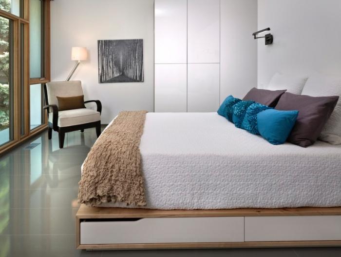 eine weiße Decke, Sackleinen Decke, blaue Kissen, lila Kissen und weiße Kissen, Leseecke, kleine Räume optisch vergrößern